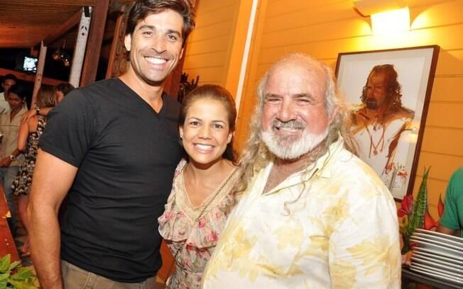 Nívea Stelmann e namorado, Sanzio Gontijo, posam ao lado de Zé Maria, dono de uma das mais famosas pousadas do local