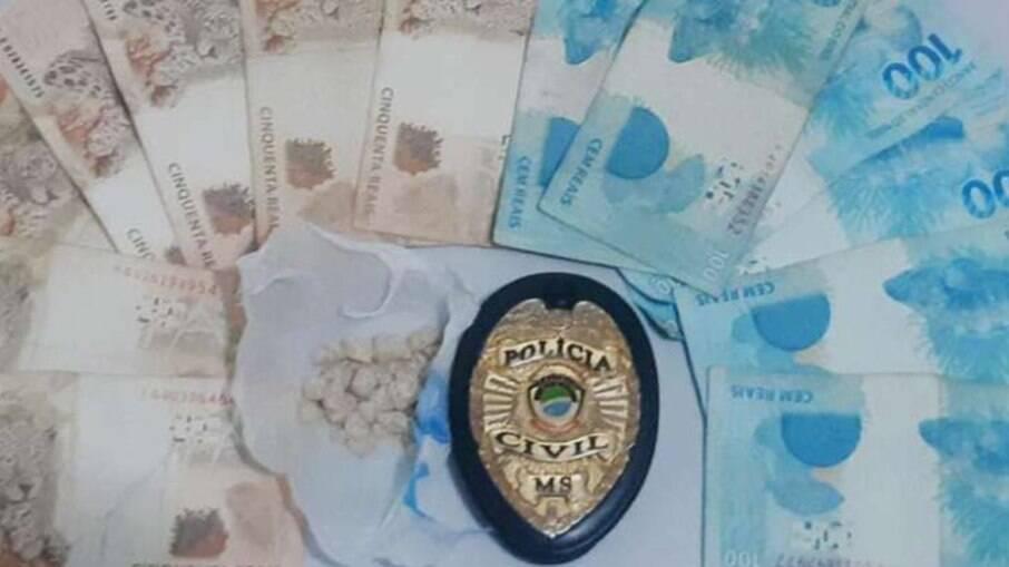 Adolescente ofereceu drogas a policiais por engano; policiais encontraram pasta base de cocaína e R$ 950,00 com ele
