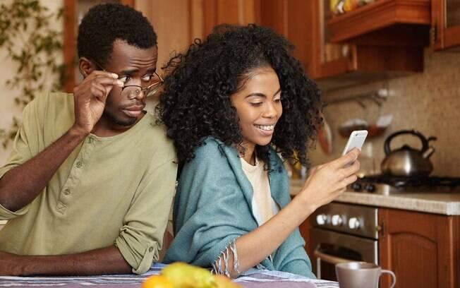Verificar as mensagens do celular do parceiro é a forma mais usada para procurar uma traição, segundo a pesquisa