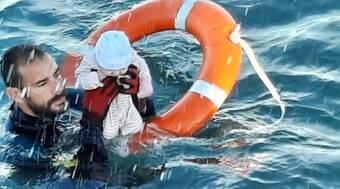 Crianças são resgatadas no mar Mediterrâneo; grupo tentava migrar para Espanha