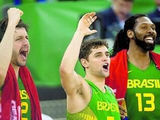 Boa fase. Giovannoni, Raulzinho e Nenê comemoram vitória sobre a Sérvia pelo grupo A do torneio