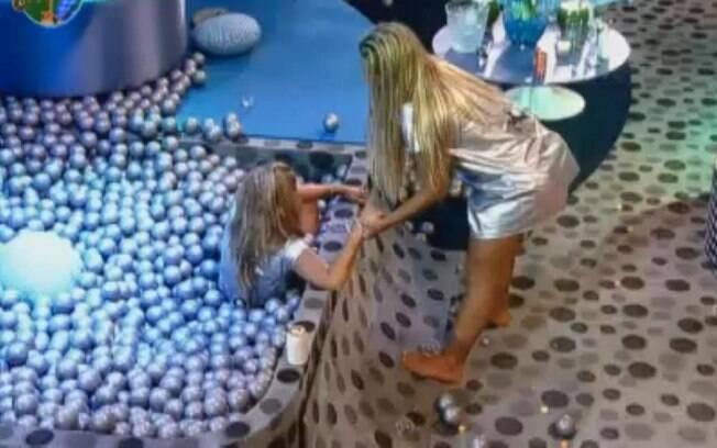 Valesca tenta resgatar Raquel da piscina de bolinhas