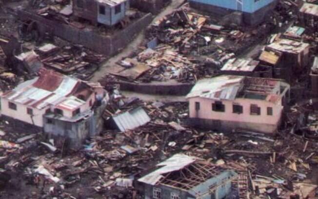 Os ventos do furacão Maria varreram os telhados das casas em Dominica, deixando um rastro de destruição