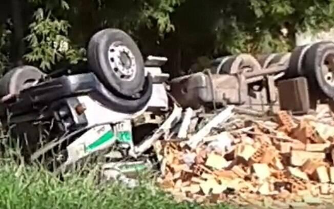Motorista morre após caminhão tombar em distrito de Campinas