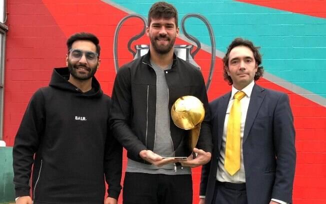 Alisson com o prêmio de melhor goleiro de 2018, entregue pela Globe Soccer Awards