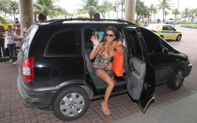 Laisa chega no hotel carioca, antes de seguir para Globo