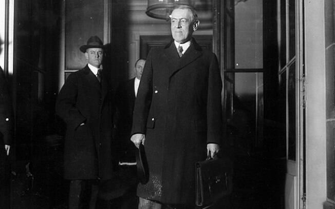 Durante viagem a Paris para negociar o Tratado de Versalhes, Woodrow Wilson adoeceu com a chamada gripe espanhola