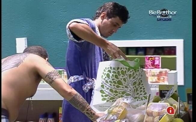 João e Fael recolhem os itens comprados mais cedo