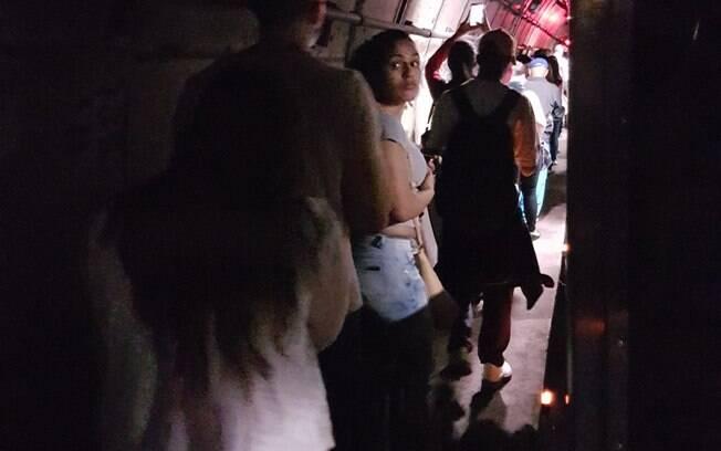 Falha na linha 2-Verde do Metrô de SP obrigou passageiros a deixarem trem e caminhar ao lado de trilhos
