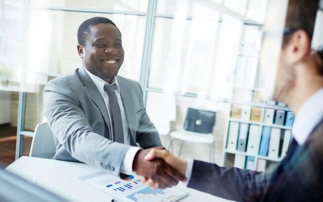 Homem participando de uma entrevista de emprego