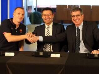 Mathieu assina contrato com o Barcelona