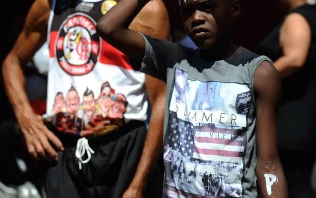 Moradores do Complexo do Alemão fazem protesto pacífico pedindo paz na comunidade e justiça pela morte do menino Eduardo de Jesus
