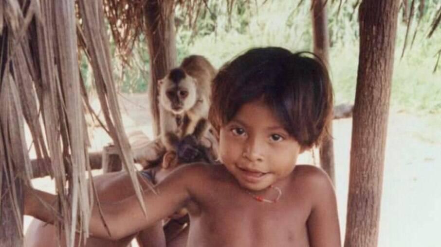 Menino Guajá com seu xerimbabo