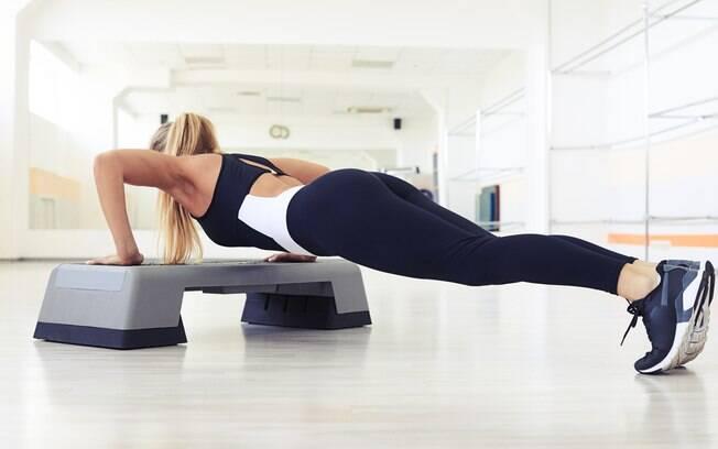 Na hora de fortalecer o corpo, das pernas ao tronco, a pessoa também pode investir nos exercícios com step