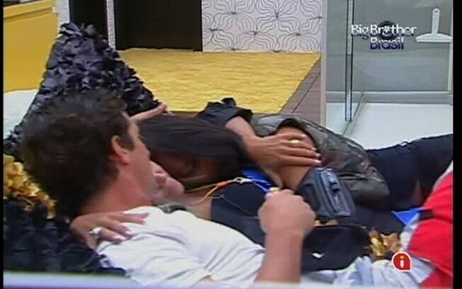 Fael, Kelly e Fabiana se abraçam na cama do Quarto do Líder