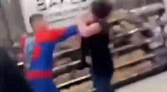 Tiktokers vestidos de super-heróis e agridem funcionário de supermercado