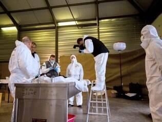 Investigadores trabalham para identificar as vítimas da tragédia aérea