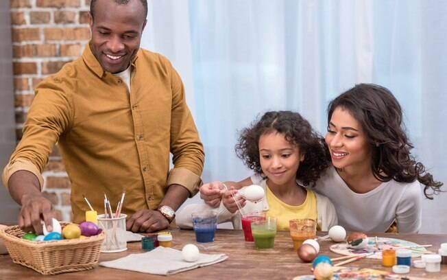 Ovos simbolizam a vida na Páscoa, então as brincadeiras de Páscoa utilizando cascas de ovos são uma ótima ideia