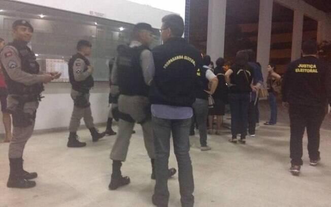 Foto mostra presença de policiais na Universidade Federal de Campina Grande após decisão da Justiça Eleitoral de apreender