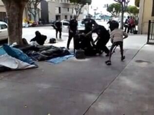 Vídeo mostra morte de morador de rua por policiais em Los Angeles