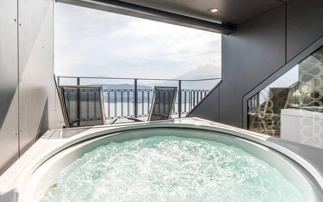 Na varanda da suíte de luxo do Montana Art Deco fica uma banheira de hidromassagem com vista para o Lago Lucerna