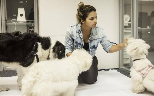 Rossana no momento de recreação com os cachorros