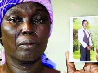 Martha Mark mostra foto da filha raptada, Monica Mark