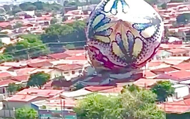 A Polícia Militar Ambiental prendeu 6 pessoas em Campinas, responsáveis pela soltura deste monstruoso balão que poderia facilmente derrubar um avião ou causar um
