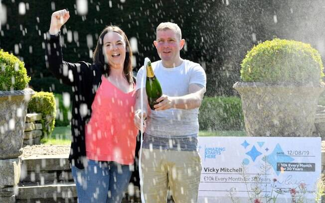 Vicky Mitchell acertou os cinco números e a 'bola da vida', tornando-se apenas a quinta pessoa a alcançar o prêmio máximo