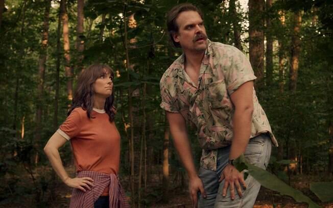 Hopper (David Harbour) e Joyce (Winona Ryder)