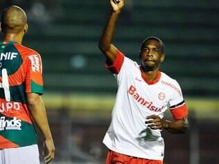 Os zagueiros brasileiros Juan (foto) e Roque Júnior, que atuavam pelo Bayer Leverkusen (ALE), foram alvo de ofensas racistas por torcedores do Real Madrid, em duelo válido pela Liga dos Campeões