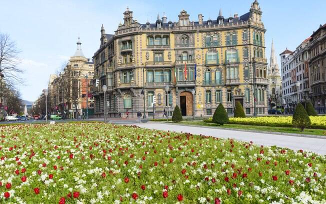 O Palacio Chávarri fica na Plaza Moyúa, que divide a Gran Vía e suas inúmeras lojas pela metade em Abandoibarra