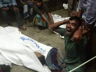 A Bangladeshi relative reacts next to the body of a victim after a ferry accident at Paturia some 70kms east of Dhaka on February 22, 2015.   Sixteen people including a baby are confirmed dead and rescuers are still searching for missing passengers after a ferry collided with a cargo ship and sank in a Bangladesh river, officials said. It was the second deadly boat accident in less than a fortnight in the country, which has a history of ferry tragedies.   AFP PHOTO/Munir uz ZAMAN