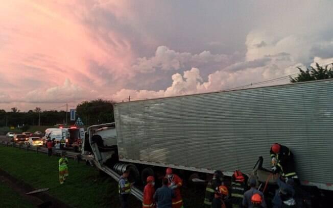 Caminho perde freio e atinge sete carros na Anhanguera