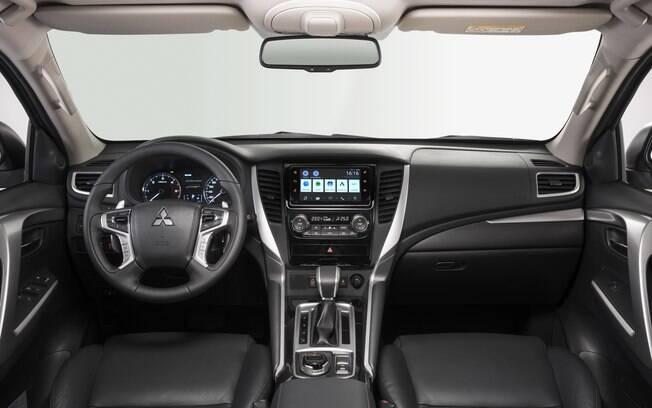 O painel do Mitsubishi Pajero Sport é revestido inteiramente de plástico duro, com alguns detalhes texturizados