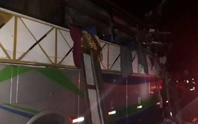 Acidente envolvendo um ônibus, uma carreta e uma caminhonete ocorreu na BR-116, próximo a Governador Valadares