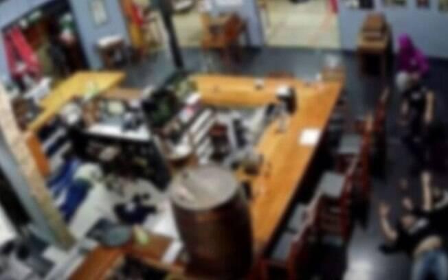Vídeo: dupla assalta bar tradicional de Barão Geraldo, em Campinas