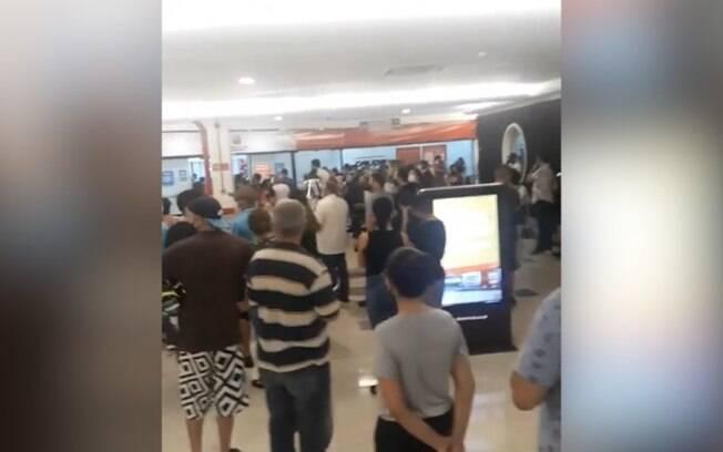 Poupatempo teve aglomeração durante a segunda-feira (01).