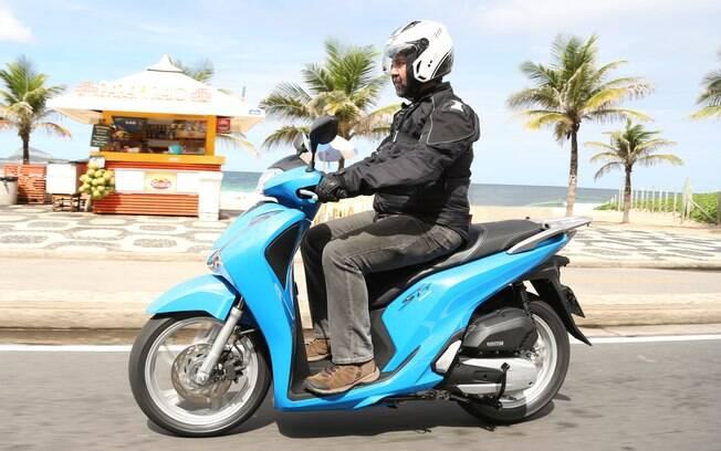 As cores do novo scooter Honda SH 150i são o prata, o preto e essa interessante tonalidade de azul