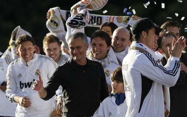 Técnico José Mourinho comemora título  espanhol com os jogadores do Real Madrid