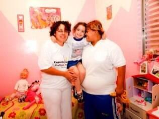 ... e as três juntas no quarto transformado em rosa