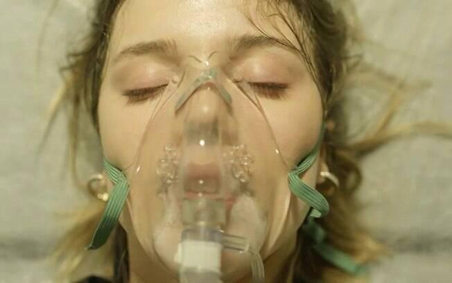Dalila (Alice Wegmann) fica entre a vida e a morte