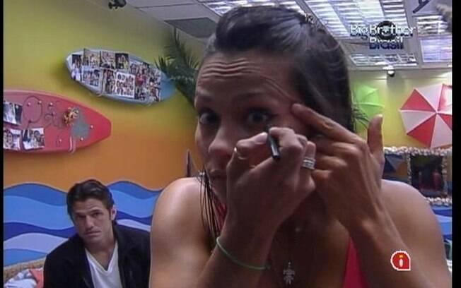 Kelly passa a maquiagem para se apresentara bem diante de Pedro Bial