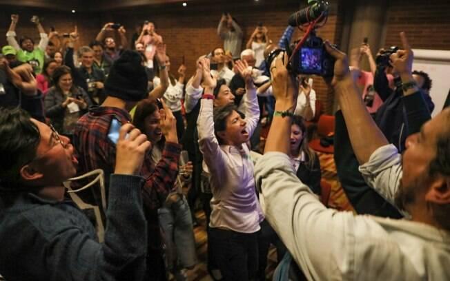 Ao centro, Claudia López comemorou a vitória no Twitter