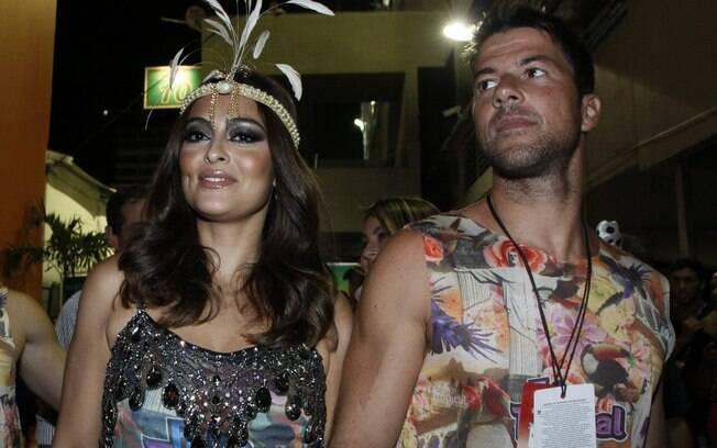 Juliana Paes chega com o marido, Carlos Eduardo, a camarote na Sapucaí, Rio de Janeiro