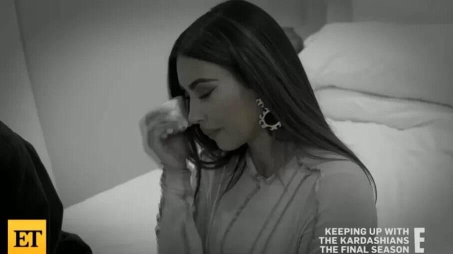 Kim Kardashian chora ao falar sobre divórcio