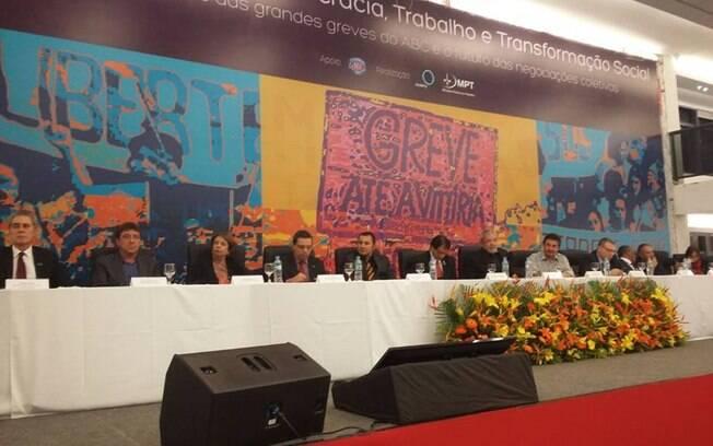 Luís Inácio Lula da Silva em meio a sindicalistas em ato realizado na noite desta terça-feira