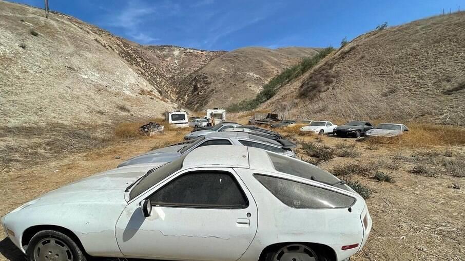 Mais de 10 unidades do Porsche 928 são abandonadas em uma pedreira no sul da Califórnia, nos EUA.