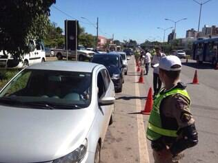 CIDADES - BELO HORIZONTE - MG  Operacao de Carnaval : Policia Militar realiza blitz educativa na BR-040 , em frente ao BH Shopping .  FOTO : Uarlen Valerio / O Tempo  13.02.2015