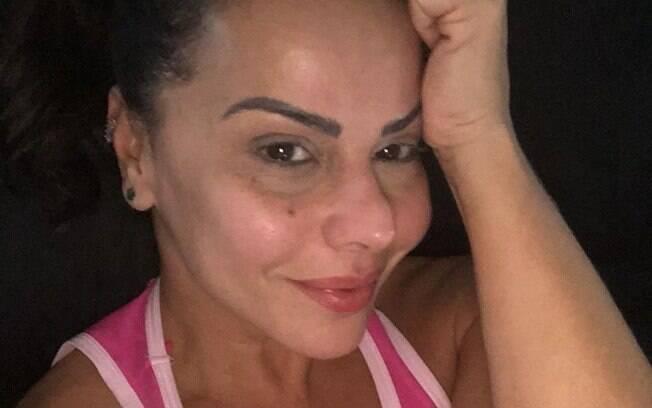 Vivine Araújo posa sem maquiagem no Instagram